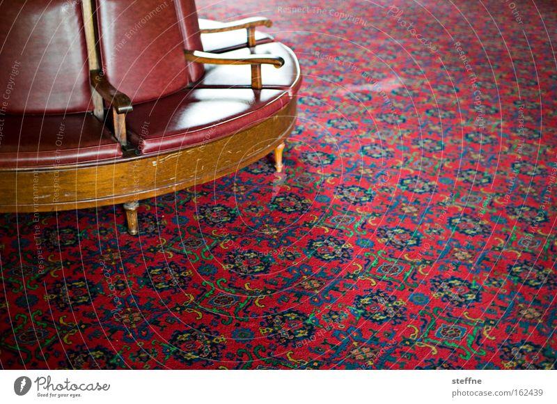 southern comfort Sitzecke Sofa Sessel Erholung Pause Teppich altmodisch herrschaftlich Freundlichkeit rot Wohnzimmer warten historisch Möbel Häusliches Leben