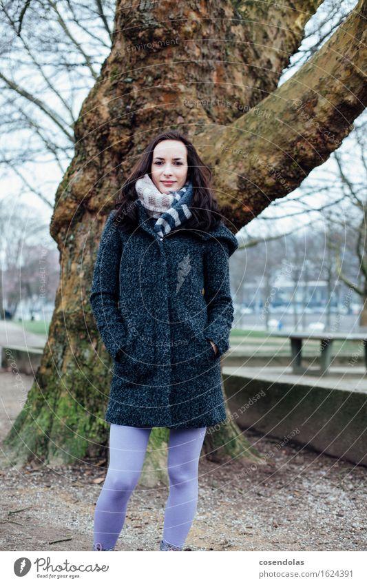 winter portrait Student feminin Junge Frau Jugendliche 1 Mensch 18-30 Jahre Erwachsene Baum Park Jacke Mantel brünett langhaarig Lächeln lachen authentisch