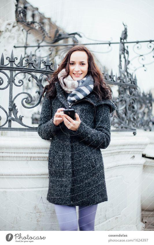 Online Lifestyle Winter Student Handy PDA Unterhaltungselektronik feminin Junge Frau Jugendliche 1 Mensch 18-30 Jahre Erwachsene Platz Jacke Mantel brünett
