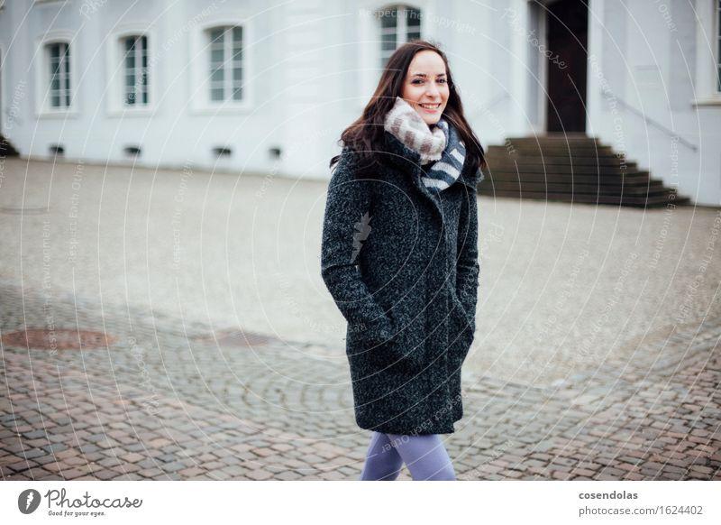 spazieren Lifestyle Student feminin Junge Frau Jugendliche 1 Mensch 18-30 Jahre Erwachsene Stadt Haus Fußgänger Jacke Mantel brünett langhaarig gehen Lächeln
