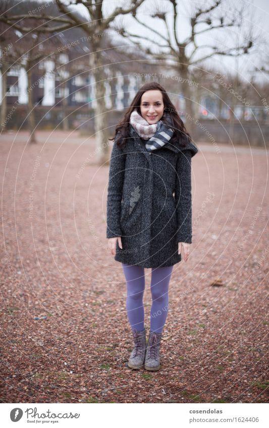 Junge Frau im Park im Winter Student feminin Jugendliche 1 Mensch 18-30 Jahre Erwachsene Jacke Mantel brünett langhaarig Lächeln lachen stehen leuchten