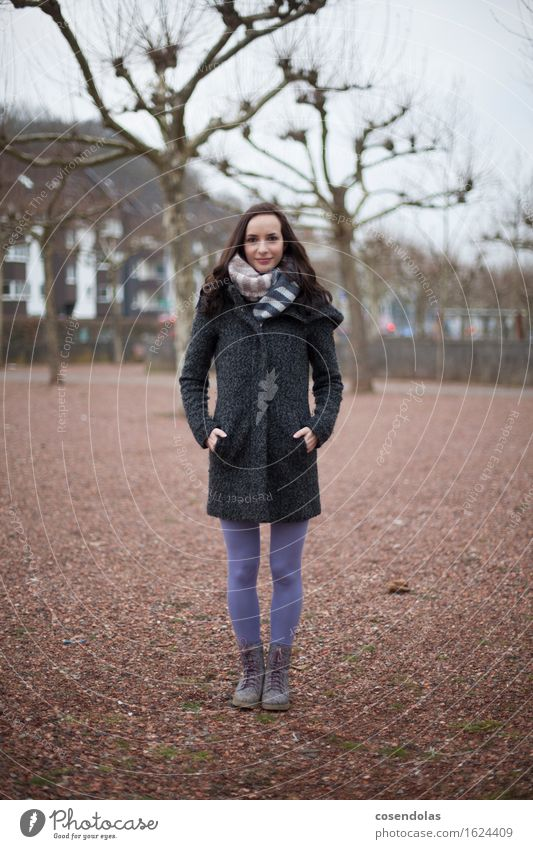 Junge Frau im Park Student feminin Jugendliche Erwachsene 1 Mensch 18-30 Jahre schön Lächeln positiv Schal winter Farbfoto Gedeckte Farben Außenaufnahme Blick