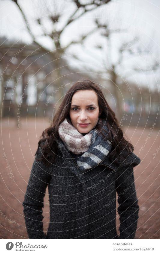 Portrait von Junger Frau Lifestyle elegant ruhig Winter Student feminin Junge Frau Jugendliche Erwachsene 1 Mensch 18-30 Jahre Park Jacke Mantel brünett