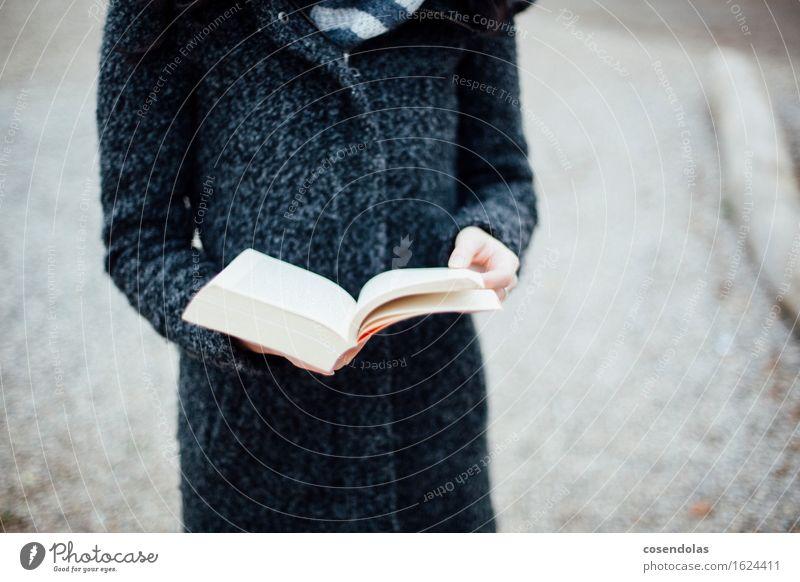 Lesen Mensch Frau Jugendliche Junge Frau Winter 18-30 Jahre schwarz Erwachsene grau elegant lernen Buch Studium lesen Bildung Erwachsenenbildung