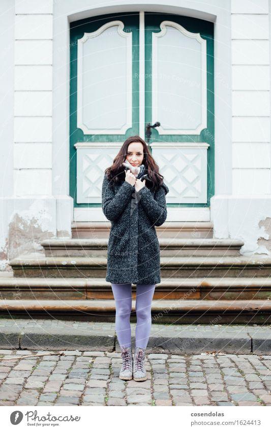 Junger Frau ist kalt Mensch Jugendliche Junge Frau Haus Winter 18-30 Jahre Erwachsene Architektur feminin Treppe Tür authentisch stehen Lächeln Student