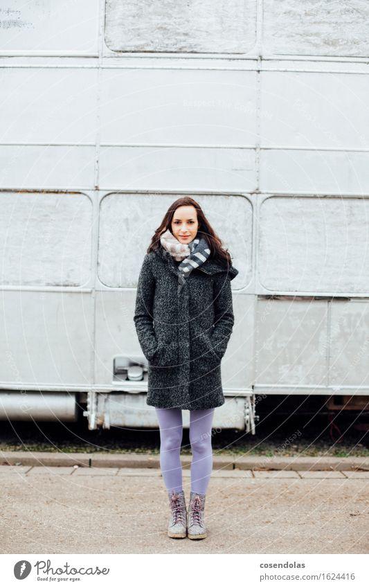 Junge Frau steht vor silbernen Bus Student feminin Jugendliche 1 Mensch 18-30 Jahre Erwachsene Jacke Mantel Stiefel brünett stehen Winter kalt Schal Farbfoto
