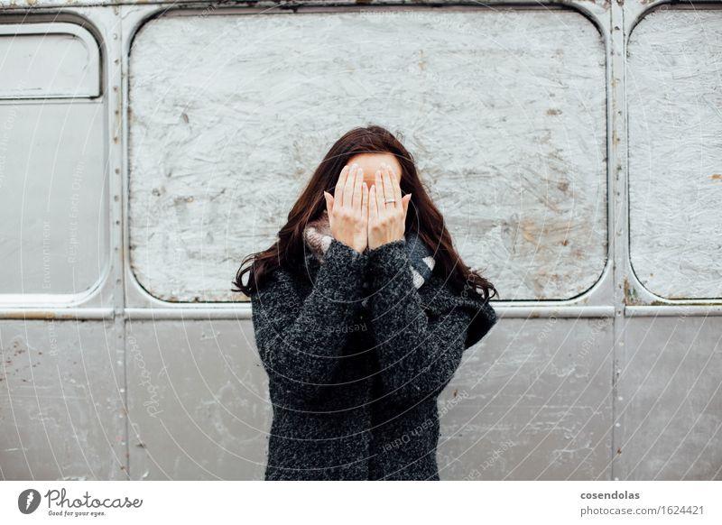 Junge Frau versteckt ihr Gesicht hinter ihren Händen Mensch Jugendliche Einsamkeit Winter Erwachsene Traurigkeit Herbst feminin Stimmung Angst Todesangst Trauer