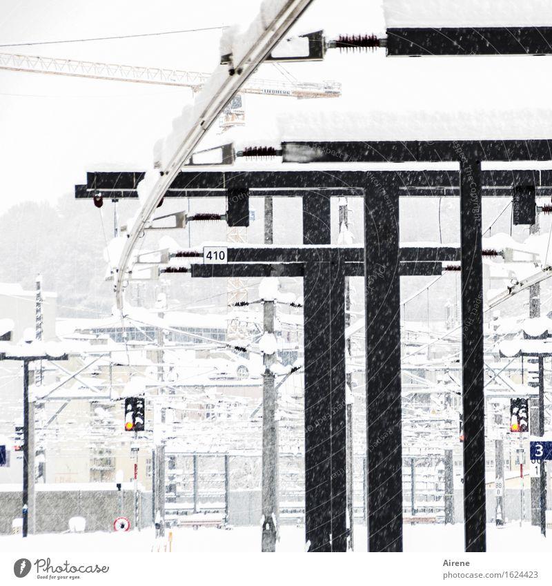 s/w | Winterweißmacherei schlechtes Wetter Schnee Schneefall Bahnfahren Bahnhof Bahnsteig Zeichen Hinweisschild Warnschild Verkehrszeichen frieren hell kalt
