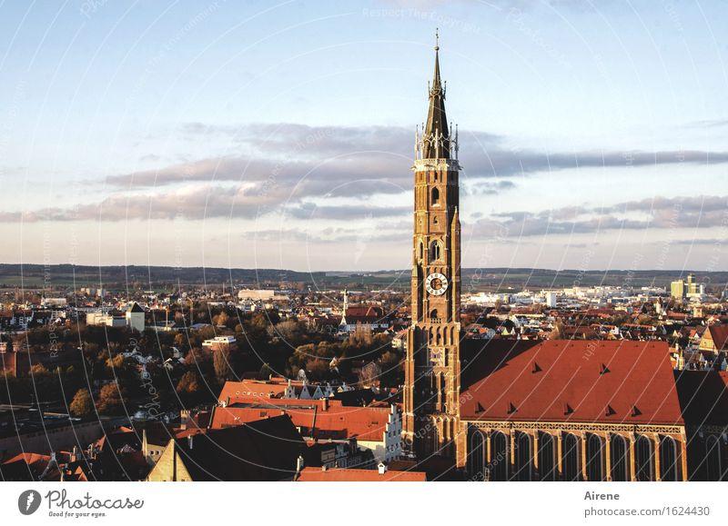 symbolisch Landshut Bayern Stadt Hauptstadt Stadtzentrum Altstadt Kirche Architektur Kirchturm Zeichen Turm alt historisch hoch oben Spitze rot Hochmut Stolz