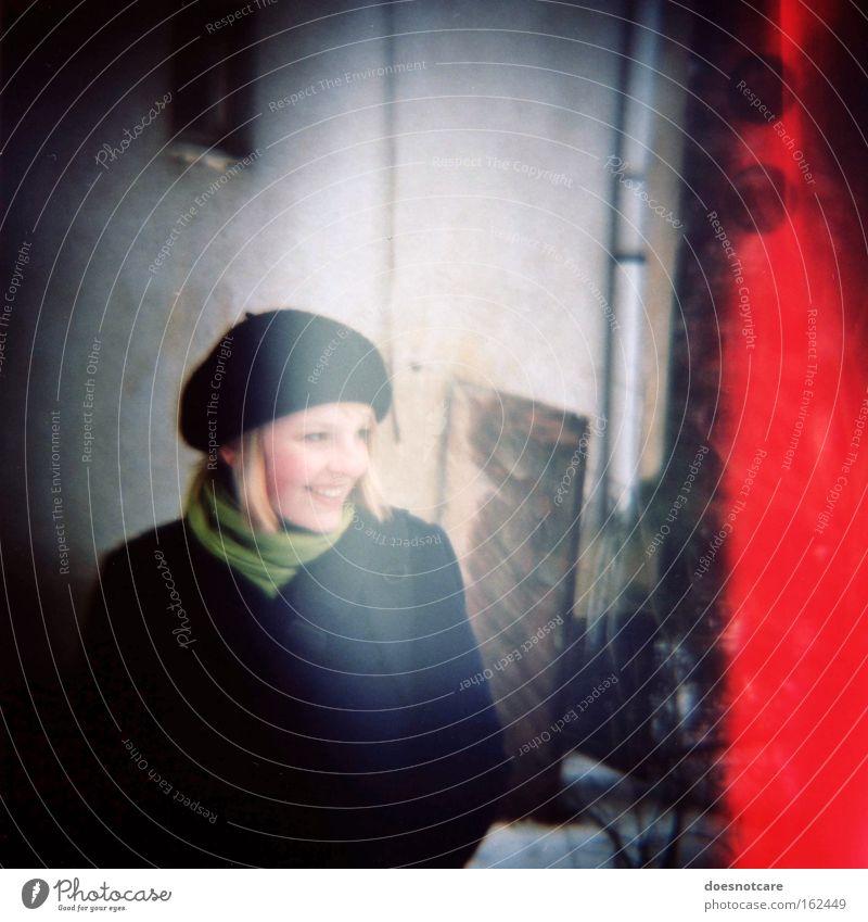 The Red. Mensch feminin Junge Frau Jugendliche Erwachsene 1 18-30 Jahre Gebäude Mode Mantel Schal Mütze Lächeln blond Freundlichkeit Fröhlichkeit schön rot