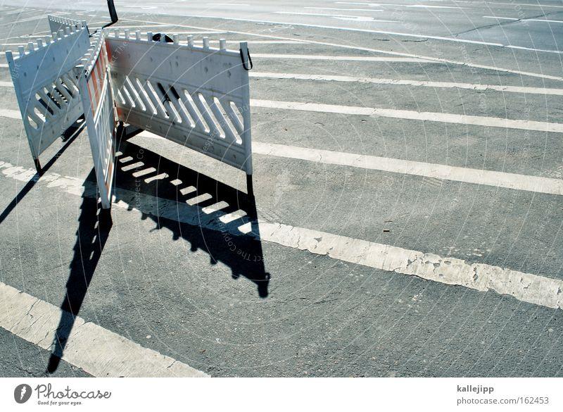auf streife Streifen Barriere Gitter Straße Straßenverkehr Regel Verbote Baustelle Straßenkreuzung Wegkreuzung schwarz weiß Spuren Ziel Navigation