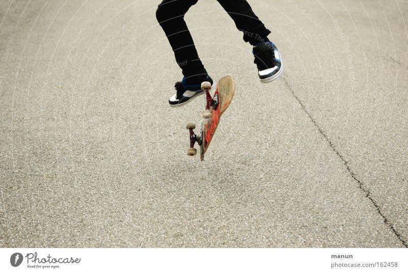 Online-Skating Jugendliche Freude Straße Bewegung springen Erfolg Asphalt Skateboarding sportlich Begeisterung üben Selbstvertrauen
