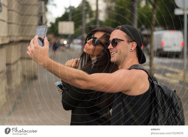 Junges Paar beim Selbstmord Selfie Freundschaft Frauen Männer Menschengruppe Internet Straße Spaß Foto Fröhlichkeit heiter Lächeln Lifestyle usrban Frühling