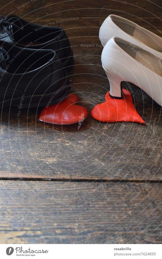Herzensbrecher - Schuhe eines Paares die auf das Herz des anderen treten Damenschuhe Zeichen Konflikt & Streit rot schwarz weiß Liebeskummer Schmerz
