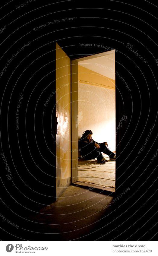 STILLES WARTEN Mensch Mann Einsamkeit Traurigkeit hell Raum Tür sitzen Trauer Vergänglichkeit verfallen nachdenklich Verzweiflung Einblick Öffnung