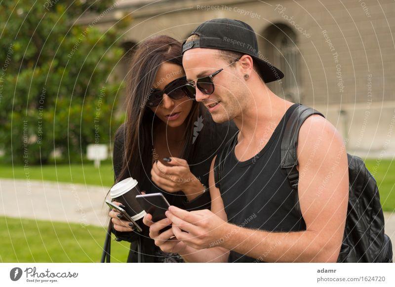 Zwei fröhliche Freunde fotografieren sich mit einem Smartphone Selfie Freundschaft Frauen Männer Menschengruppe Internet Straße Spaß Foto Fröhlichkeit heiter