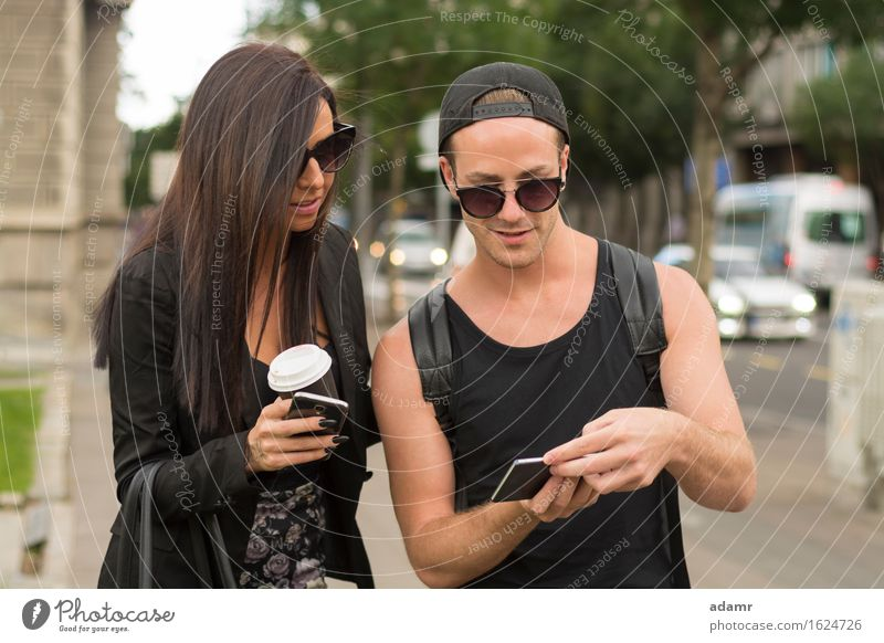 Fröhliche Freunde fotografieren sich selbst mit einem Smartphone Selfie Freundschaft Frauen Männer Menschengruppe Internet Straße Spaß Foto Fröhlichkeit heiter