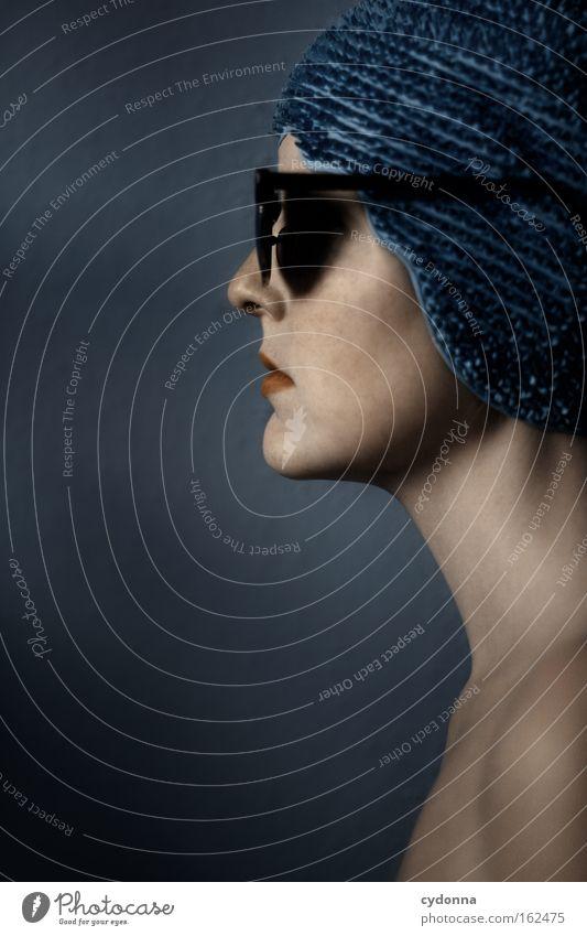 Abschotten Frau Mensch schön blau Gesicht Gefühle Spielen Bewegung Haut elegant Brille sanft Sonnenbrille