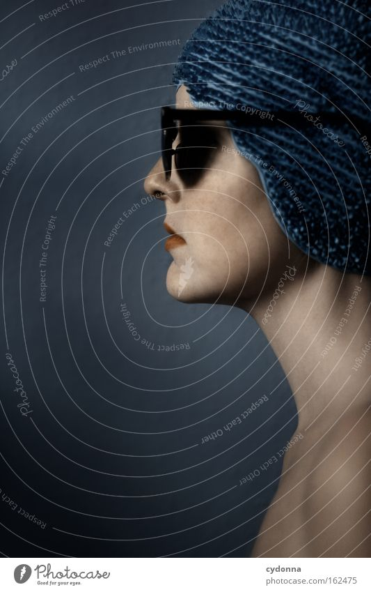 Abschotten Gesicht Porträt Mensch Frau blau sanft Profil schön Bewegung elegant Haut Sonnenbrille Spielen Gefühle schwimmhaube
