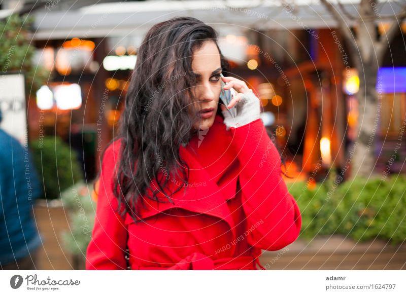 Frau im roten Mantel spricht am Mobiltelefon worview Blick Smartphone Telefon Mobile Person kalt Winter Zelle Mitteilung Menschen Drahtlos Funktelefon Hand