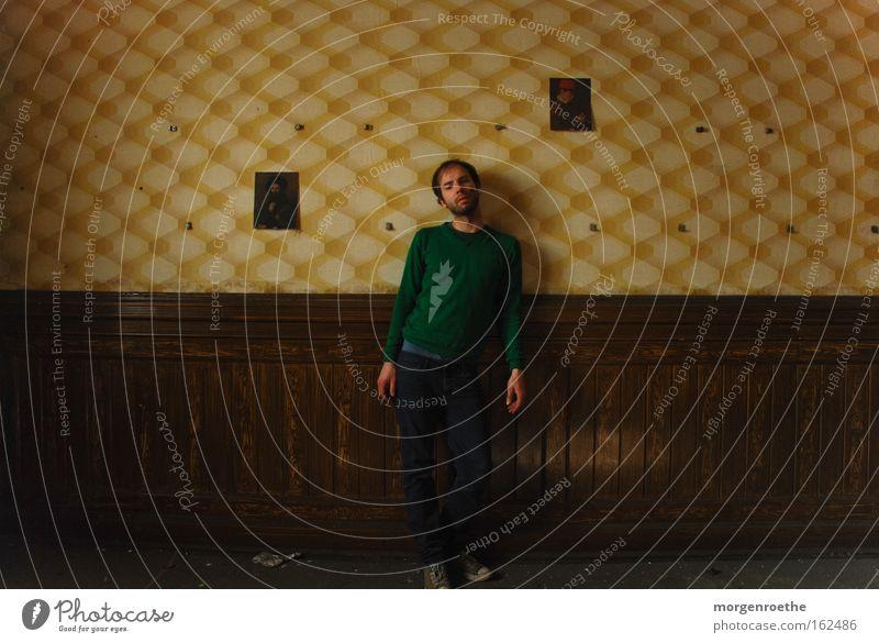 lonely man Mensch Einsamkeit gelb Holz braun Raum Bild verfallen Tapete Ruine Wohlgefühl Selbstportrait Brauerei