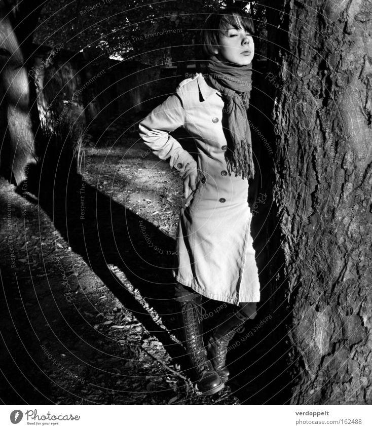1_1 Porträt Sonnenlicht Schatten Licht Lichterscheinung Schwarzweißfoto zutraulich Ruhe bewahren Baum Frau Stil stylen Mode Gelassenheit Natur Mantel Mensch