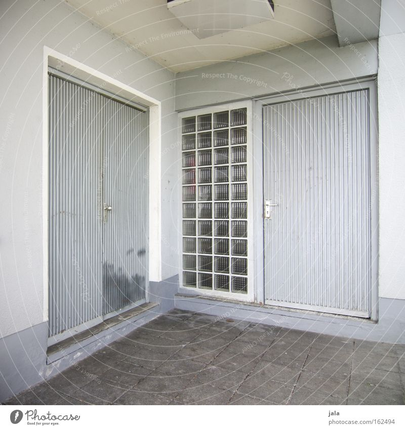 two doors two choices Tür trist grau Ecke Gebäude Glasbaustein weiß Haus Eingang Entscheidung geschlossen Beton Auswahl Gefühle Häusliches Leben