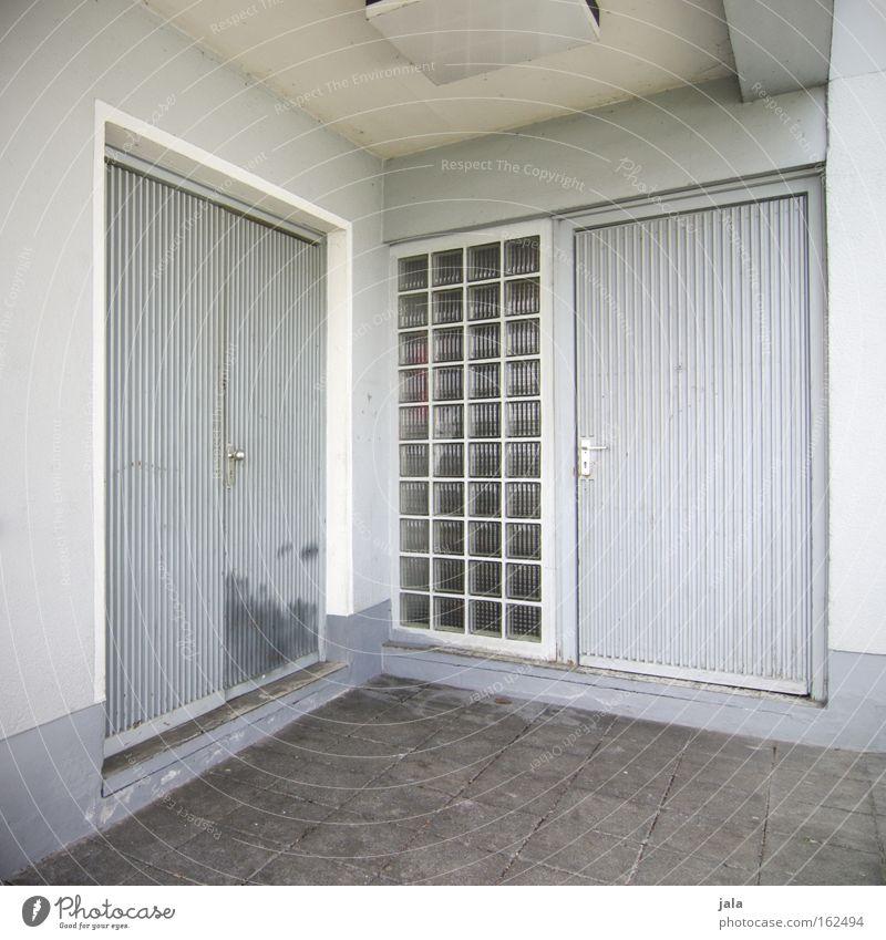 two doors two choices weiß Haus Gefühle grau Gebäude Tür Beton geschlossen Ecke trist Häusliches Leben Eingang Entscheidung Auswahl Glasbaustein
