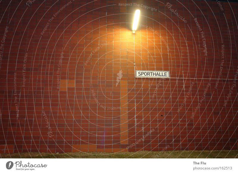 Und ein Licht leuchte ihnen... rot Einsamkeit Ferne kalt Sport Wand Spielen Stein Mauer Lampe Fassade Schilder & Markierungen modern Hinweisschild stagnierend Symbole & Metaphern