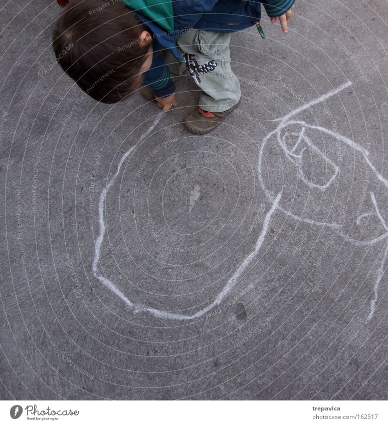 young Kind Art beton Straße malerei zeichnung kunst kreativ kreiden spielen zeichnen Asphalt Linie Stadt Kindergarten