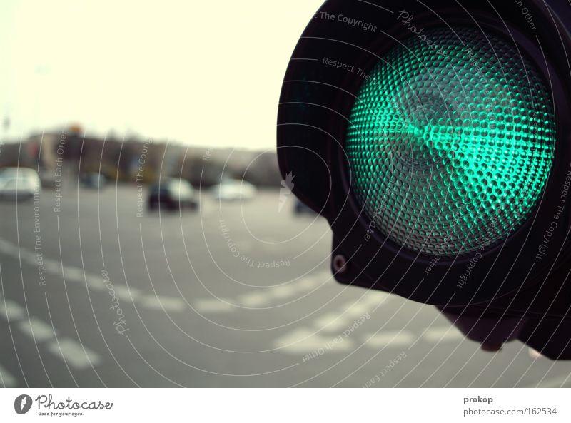 Still risky. grün Stadt Straße PKW Straßenverkehr Schilder & Markierungen frei Beginn Verkehr gefährlich bedrohlich KFZ Verkehrszeichen Verkehrswege Fahrzeug