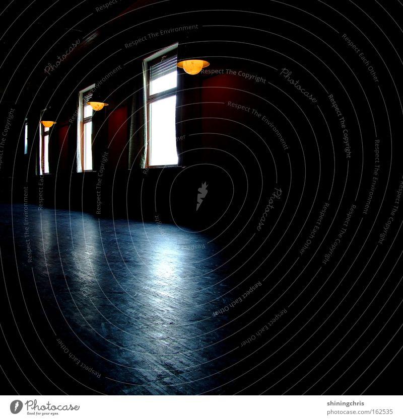 als die anderen schon weg waren.. ruhig Einsamkeit Fenster Lampe Autofenster 3 leer Frieden historisch Parkett Holzfußboden Saal Lichteinfall