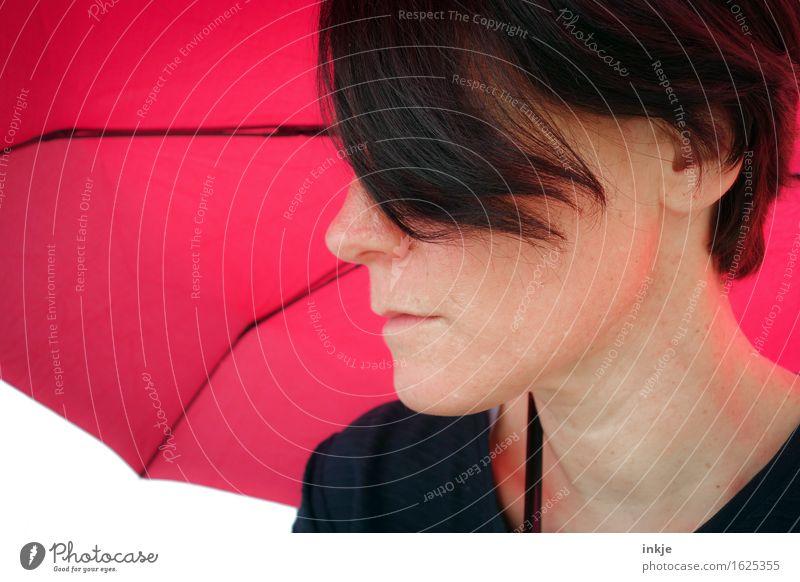 Schirm Lifestyle Stil Freizeit & Hobby Frau Erwachsene Leben Gesicht 1 Mensch Sonnenschirm Regenschirm rosa rot Nur eine Frau allein Haarsträhne Farbfoto