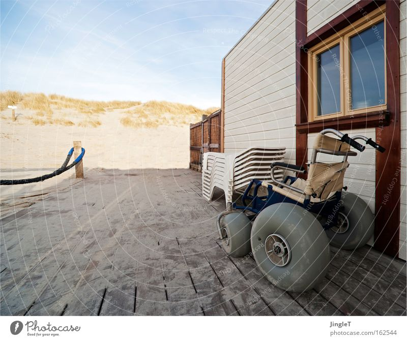 Der Sonnensitz im Lebensabend Strand Stranddüne Sand Restaurant Schiffsplanken Wege & Pfade Rollstuhl Erholung Nordsee Ameland Himmel Reling Küste