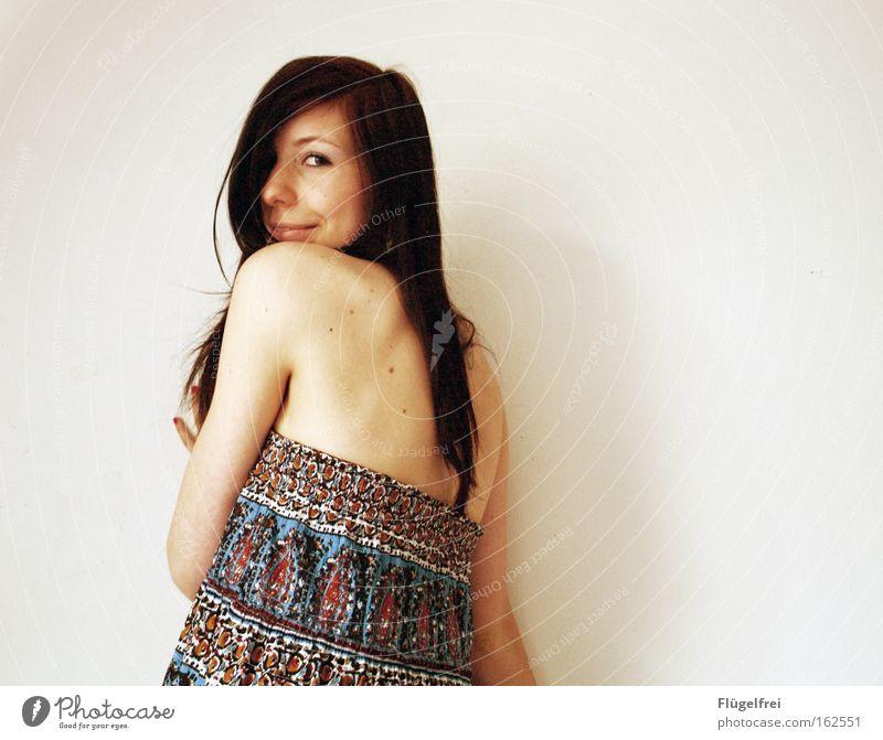 Ein schöner Rücken kann auch entzücken! Glück Haare & Frisuren Sommer Frau Erwachsene Kleid Lächeln lachen Schulter mehrfarbig Kontrast Porträt Oberkörper Blick