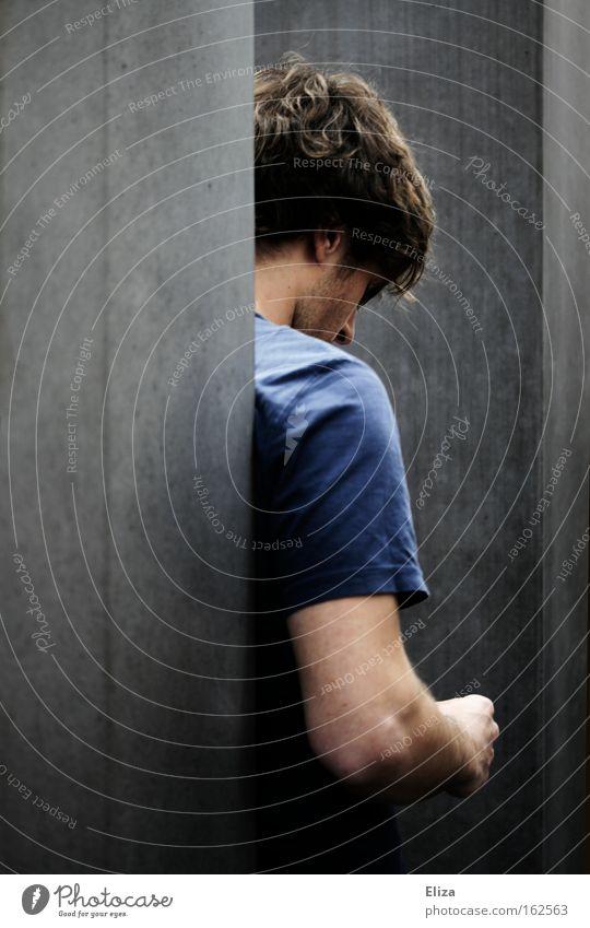 Rückansicht eines Mannes, der nachdenklich und einsam nach unten Blickt Trauer Mensch Porträt Rücken Jugendliche Denken anonym Verzweiflung Einsamkeit
