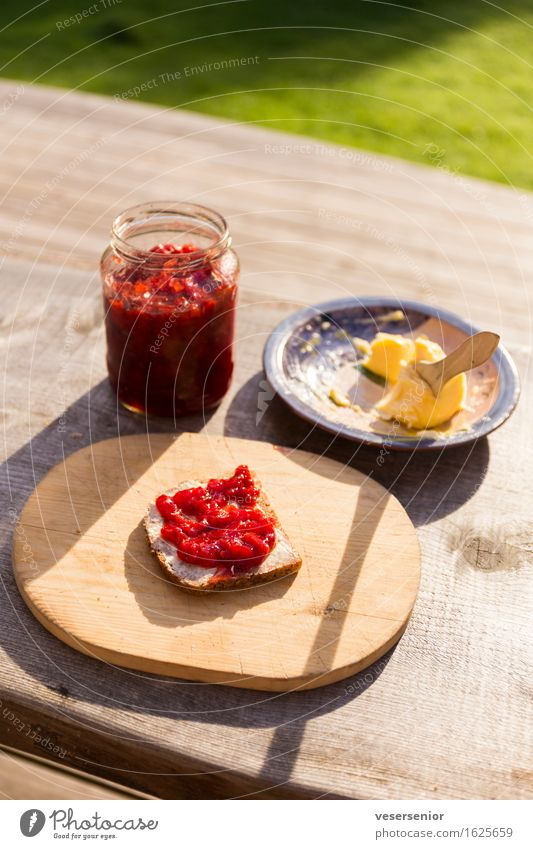 schwedensommer fueh morgens Brot Marmelade Butter Frühstück Schneidebrett Essen genießen einfach lecker süß Vorfreude bescheiden Idylle Pause ruhig sparsam