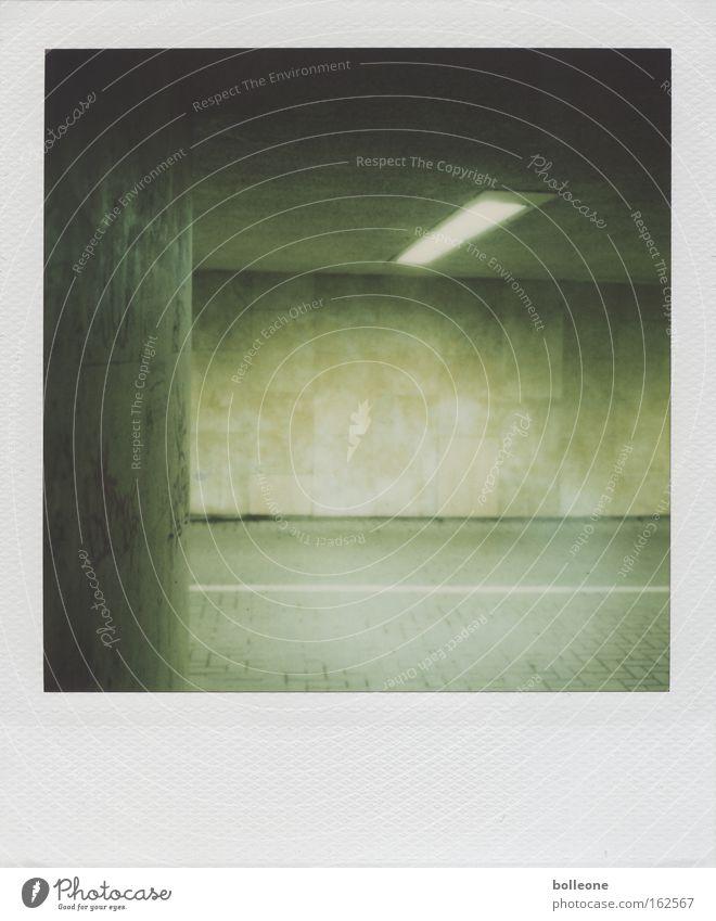 Tünnell Tunnel Unterführung dunkel Licht bedrohlich Hofgarten Polaroid grün Neonlicht Lichterscheinung Wand Mauer Angst Panik gefährlich