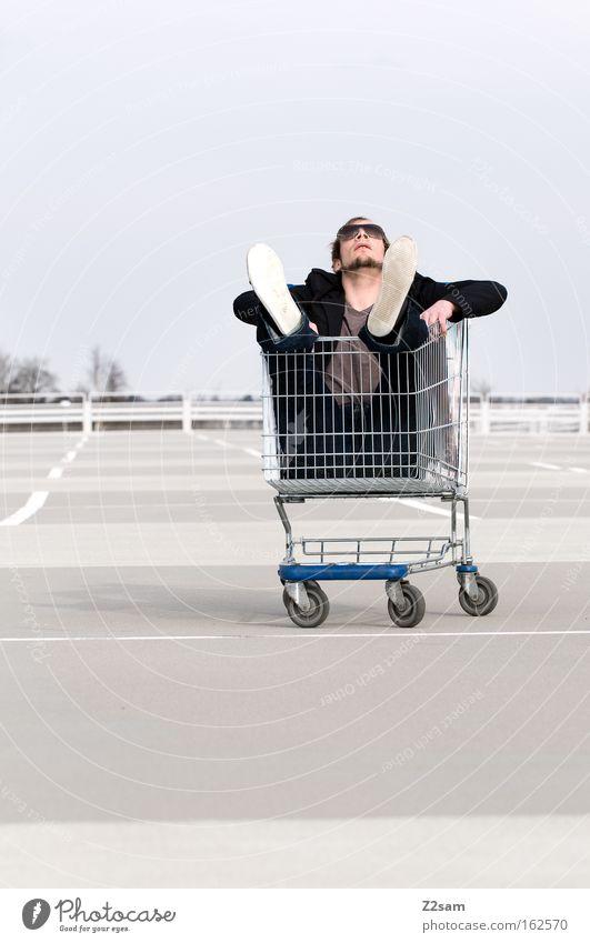 Sonderangebot Mensch Mann Erholung Linie Arbeit & Erwerbstätigkeit sitzen Coolness Parkplatz lässig Einkaufswagen