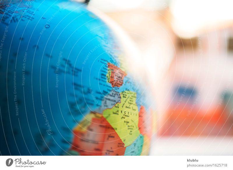 Europa und Afrika auf dem Globus Leben Haus Schreibtisch Schule Klassenraum Buch Kreativität Schulklasse ausbilden Erde Entwurf Schulbildung lernen Ikon noch zu