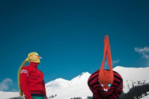banging rabbits Ostern Osterhase Maske verkleiden Hase & Kaninchen Strumpfhose Surrealismus Comic lustig Humor Alpen verrückt Schnee Himmel Berge u. Gebirge