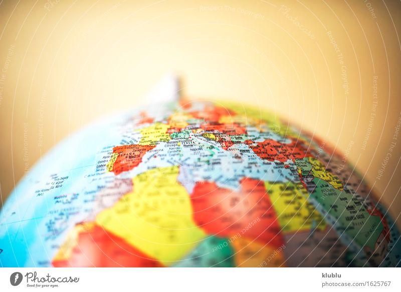 Europa auf dem Globus Leben Haus Schreibtisch Schule Klassenraum Buch Kreativität Schulklasse ausbilden Erde Entwurf Schulbildung lernen Ikon noch zu im Inneren