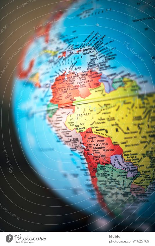 Südamerika auf Globus Haus Leben Schule Kreativität Europa Buch Symbole & Metaphern Asien Afrika Schreibtisch Süden China Indien Entwurf Norden
