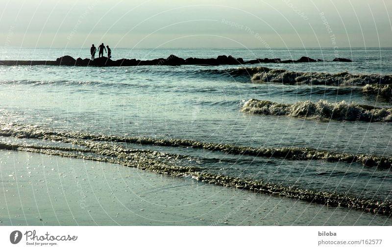 Drei Freunde Mensch Wasser Strand sprechen Freiheit Menschengruppe Luft Freundschaft Stimmung Wellen Küste 3 Vertrauen Gesellschaft (Soziologie) Kochsalz Salz