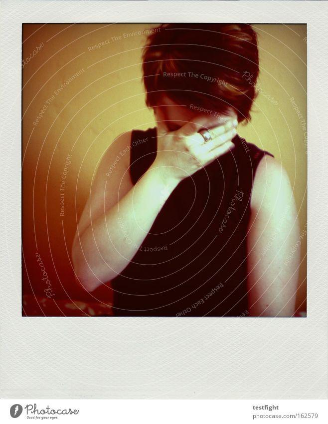 bloß kein foto jetzt... verstecken Polaroid frontal Frau Mensch Enttäuschung Traurigkeit Müdigkeit