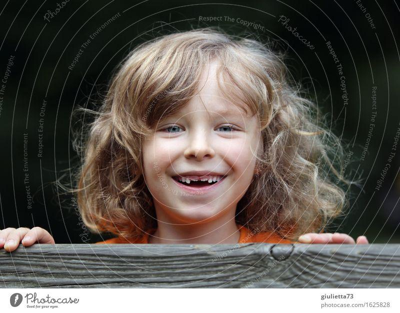 Juhu, zwei neue Zähne! androgyn Kind Junge Kindheit 1 Mensch 3-8 Jahre blond langhaarig Locken lachen Coolness Fröhlichkeit Gesundheit Glück schön lustig