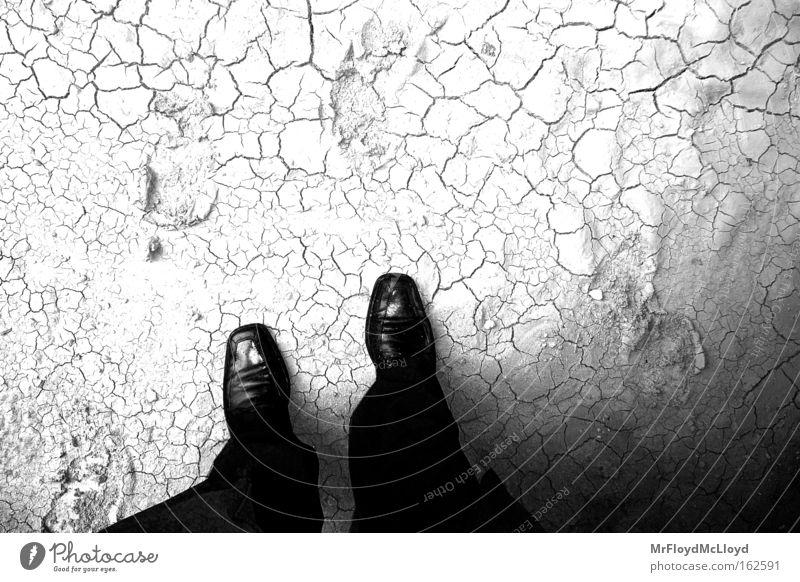 A GENTLEMAN`S FATE Mann Schuhe Schwarzweißfoto Anzug Kavalier Untergrund Shoes BW suit Bodenbelag soil