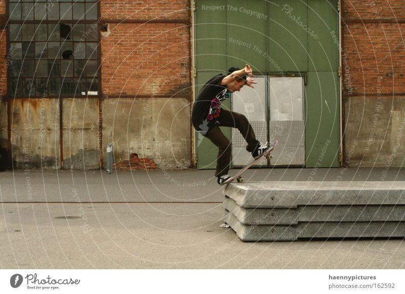 Bluntslide an einem Steincurb grün Stadt rot Ferien & Urlaub & Reisen Sport Gefühle Spielen Freiheit Stimmung Kunst Elektrizität Skateboarding