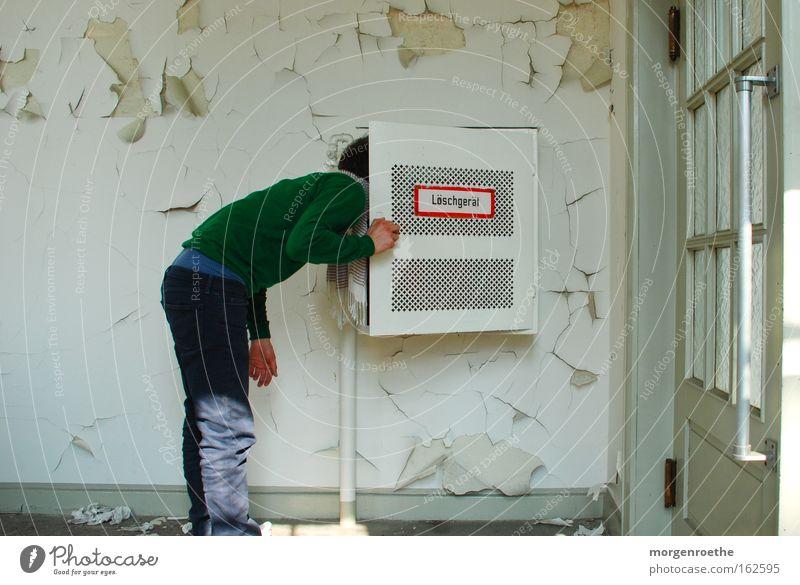 Neugier Mann weiß grün rot Tür Glas verfallen Flur Selbstportrait Brauerei