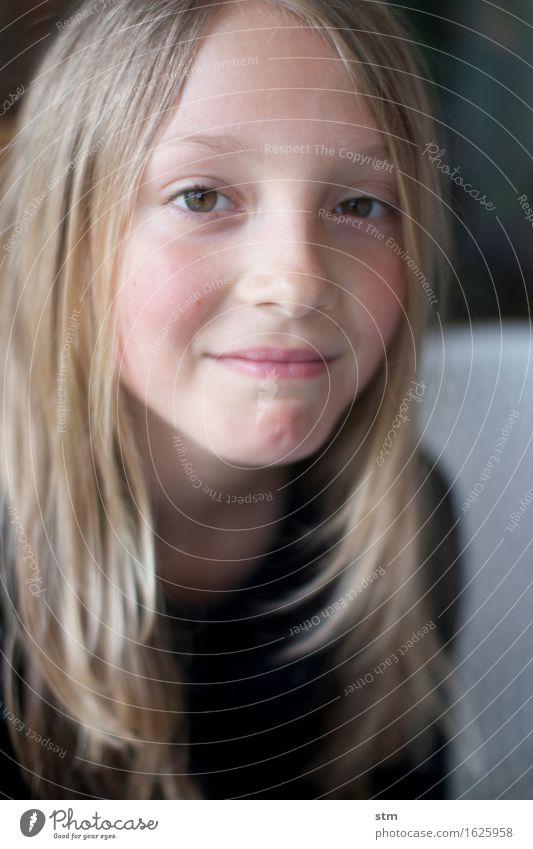 o.t. schön Kind Mädchen Kindheit Kopf Haare & Frisuren Gesicht 1 Mensch 8-13 Jahre blond langhaarig beobachten Lächeln Gefühle Fröhlichkeit selbstbewußt